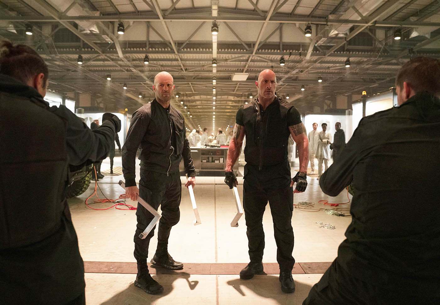 Deckard Shaw (Jason Statham) and Luke Hobbs (Dwayne Johnson) cernés